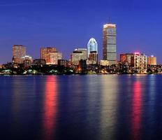 boston skyline van de stad in de schemering foto