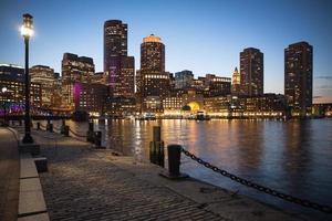 Nachtscène van de skyline van de binnenstad van Boston, Massachusetts.