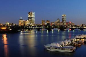 boston skyline en de charles rivier 's nachts foto