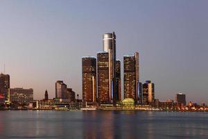de skyline van Detroit bij schemering foto
