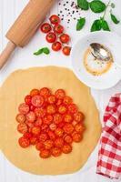 kerstomaten taart. kookproces. foto