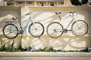 fiets met de betonnen muur