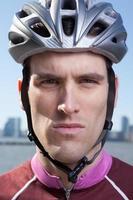 man in fietshelm op zoek rechtdoor foto