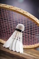 set van badminton. peddel en de shuttle.