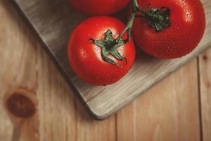 tomaten op snijplank foto