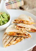 Mexicaanse chorizo quesadilla geserveerd met quacamole foto