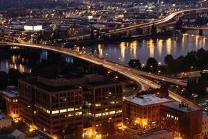 het centrum van Portland 's nachts foto