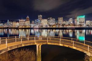 Portland skyline van voetgangersbrug foto