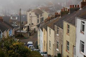 Portland huizen in mist, Dorset. foto