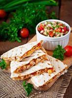 Mexicaanse quesadilla wrap met kip, mais en salsa