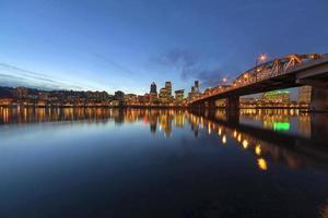 Portland skyline van het centrum door Hawthorne Bridge op blauwe uur foto