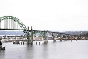 gebogen brug over baai op Pacifische kust Newport Oregon foto