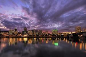Portland Oregon waterkant skyline na zonsondergang foto