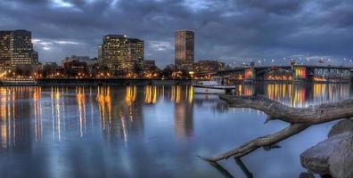 portland oregon waterkant skyline met morrison bridge foto