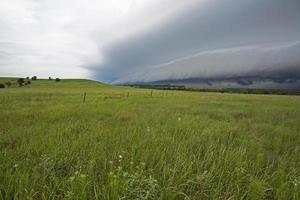 gewelddadige storm opdoemen foto