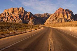 twee baans snelweg rode rots canyon las vegas usa foto