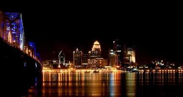 Louisville, Kentucky skyline 's nachts foto
