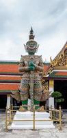 deurwachter van de tempel van smaragdgroene Boeddha foto