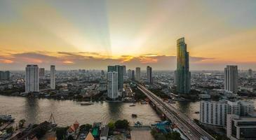 bangkok in de schemering foto
