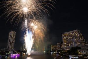 nacht uitzicht en vuurwerk in bangkok, thailand foto