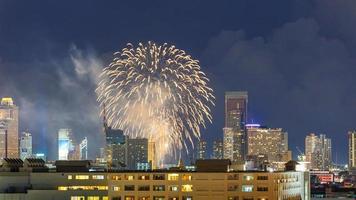 stadsgezicht en vuurwerk van bangkok foto