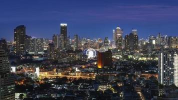 Cityscape van Bangkok bij schemering foto