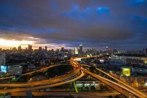 bangkok stad bij avondschemering foto