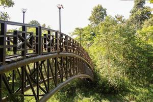 stalen brug in het park foto