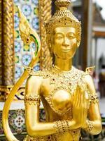 kinari-standbeeld bij het grote paleis in bangkok, thailand foto