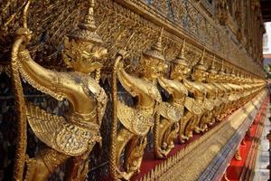 buitenkant van het grote paleis in bangkok foto