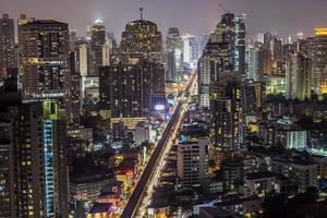 bangkok sukhumvit weg schemering foto