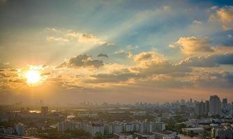 zonsondergang in megalopolis bangkok foto