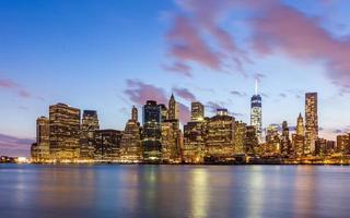 New York City skyline van het centrum 's nachts foto