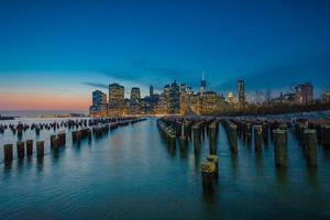 prachtige New York City als de nacht nadert foto