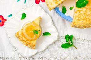 bliniis taart met de lemon curd. foto