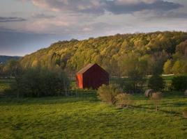 rode schuur in het voorjaar van vroege avond foto