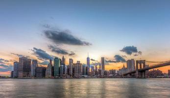 New York City Downtown en Brooklyn Bridge. foto