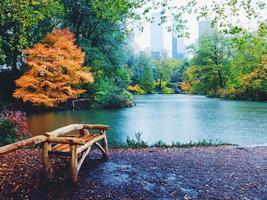 regenachtige herfstdag in central park foto