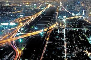 uitzicht over de skyline van Bangkok bij nacht foto