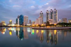de stadsschemering van Bangkok foto