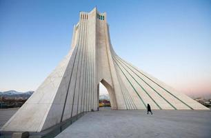 azadi monument en voetganger