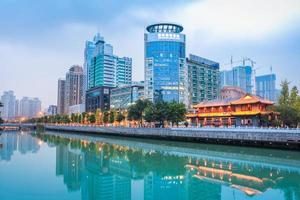 het nachtleven van Chengdu vanaf de overkant van de rivier foto
