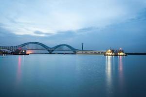 nanjing spoorweg yangtze rivierbrug in de schemering foto