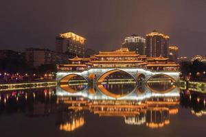 de brug van de nachtzitkamer in Chengdu, China foto