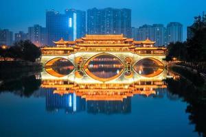 anshun brug bij het vallen van de avond foto
