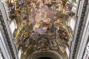 fresco's van andrea pozzo op sant ignazio plafonds, rome, italië foto