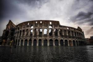 stormachtige lucht boven het Colosseum foto