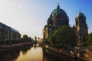 berliner dom met rivier spree in de ochtend foto