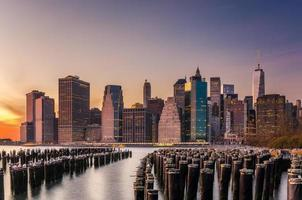 het centrum van Manhattan bij zonsondergang foto