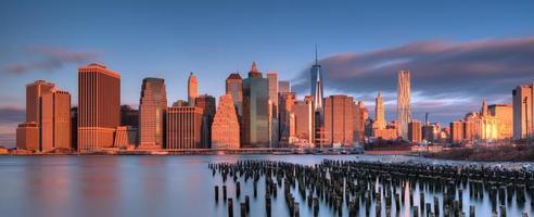 zonsopgang in het financiële district van de binnenstad van New York foto
